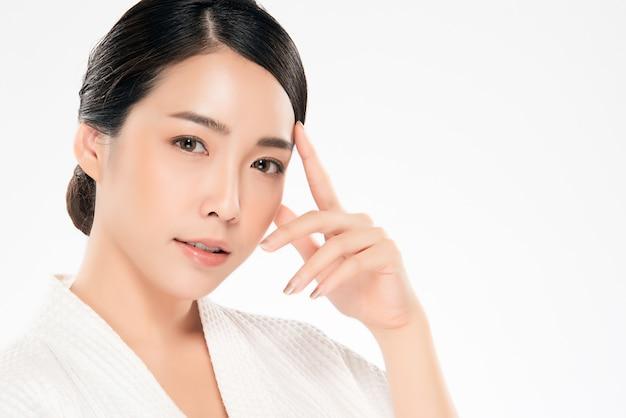 아름 다운 아시아 젊은 여자 부드러운 뺨을 만지고 깨끗하고 신선한 피부와 미소. 행복과 쾌활한, 흰색, 미용 및 화장품,