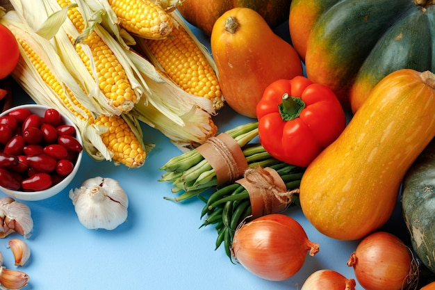 Красивый ассортимент красочных овощей на синем
