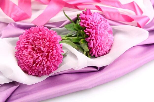 ピンクのシルクに美しいアスターの花