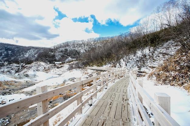 冬、北海道の登別地獄谷または地獄谷で美しい