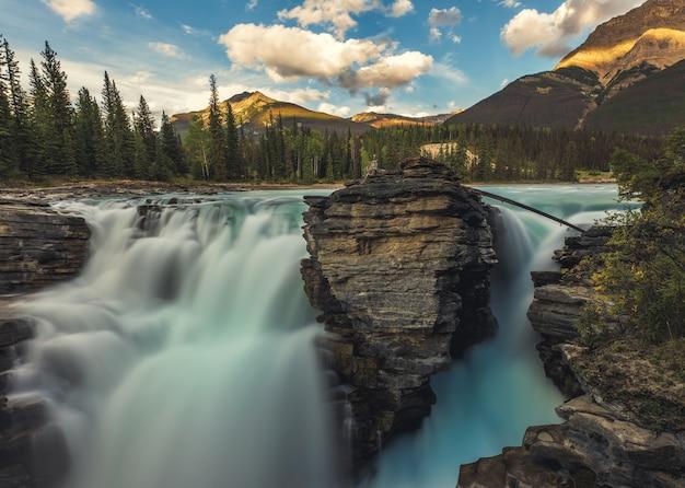 カナダ、アルバータ州ジャスパーの美しいアサバスカ滝。
