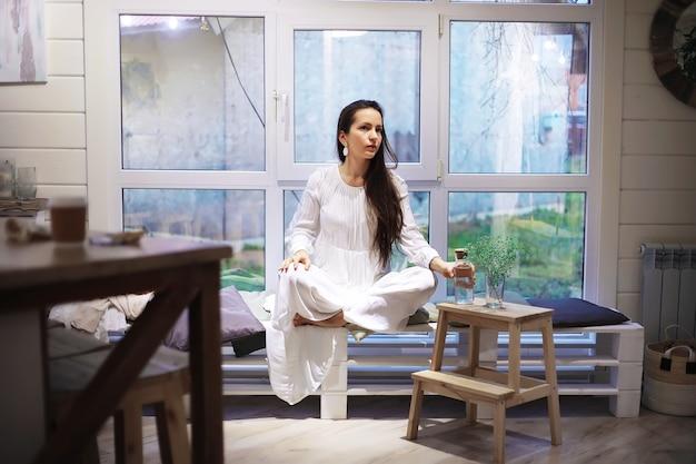 Красивая спортивная девушка, делающая упражнения йоги, наслаждается медитацией дома. никакого стресса, здоровой привычки, концепции снятия беспокойства. поза лотоса.