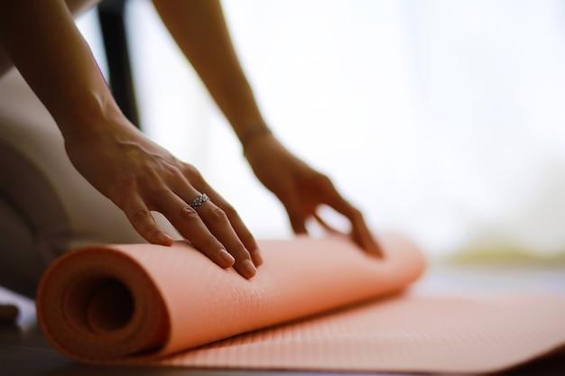 ヨガの練習をしている美しい運動の女の子は、自宅で瞑想を楽しんでいます。ストレスなし、健康的な習慣、不安解消のコンセプト。蓮華座。