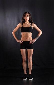 아름다운 운동 소녀, 옷을 입은 여성 그림, 스튜디오 초상화