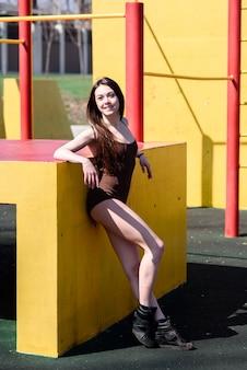Красивая спортивная девушка на спортивной площадке. Premium Фотографии