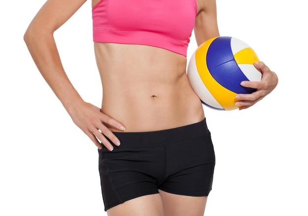 배구 공을 가진 아름 다운 운동 소녀입니다.