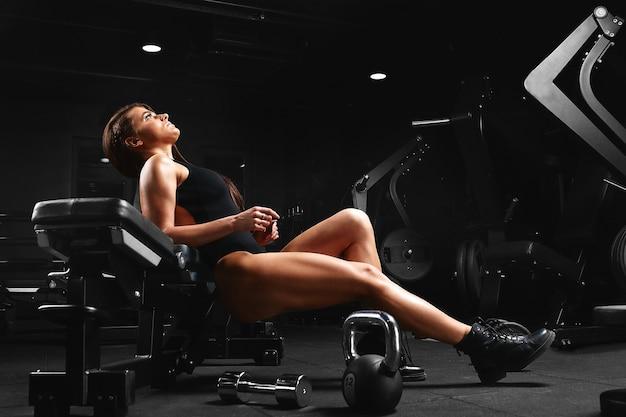 Красивая спортивная женщина делает упражнения
