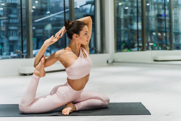 체육관에서 아름 다운 운동 여자 훈련, 운동 전에 스트레칭 운동을 하