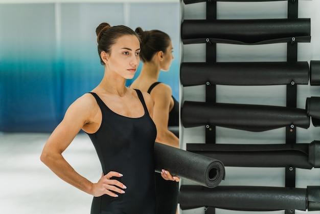 ジムでトレーニングする美しい運動女性