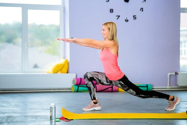Красивая спортивная женщина, тренирующаяся в тренажерном зале