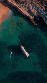 晴れた夏の日にポルトガル、アルガルヴェの美しい大西洋のビーチと崖