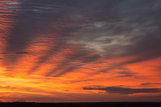 석양 저녁에 아름 다운 대기 극적인 구름. 파노라마 이미지입니다.