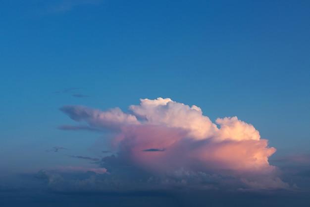 석양 저녁에 아름 다운 대기 극적인 구름.