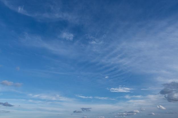 日没時の夕方の美しい大気の劇的な雲。