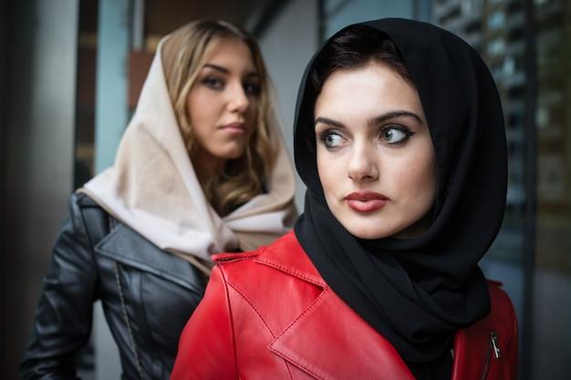 Красивые привлекательные девушки с кожаной модной одеждой