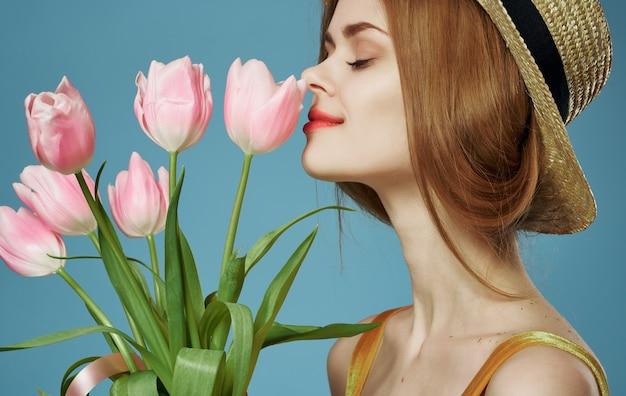 Красивый привлекательный вид женщины и букет цветов