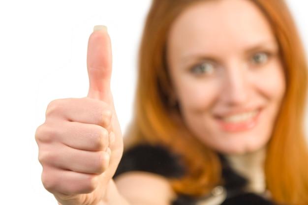 Красивая привлекательная улыбающаяся деловая женщина, показывающая знак ок