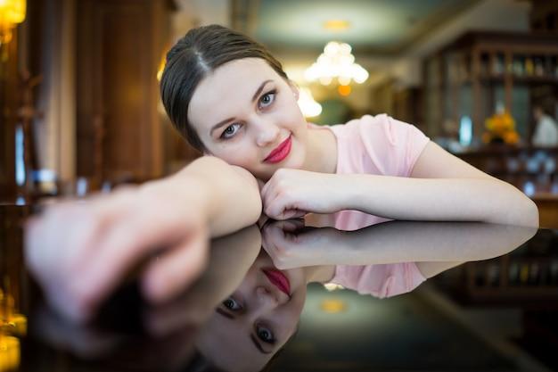 豪華なイブニングドレスの美しい魅力的な女性