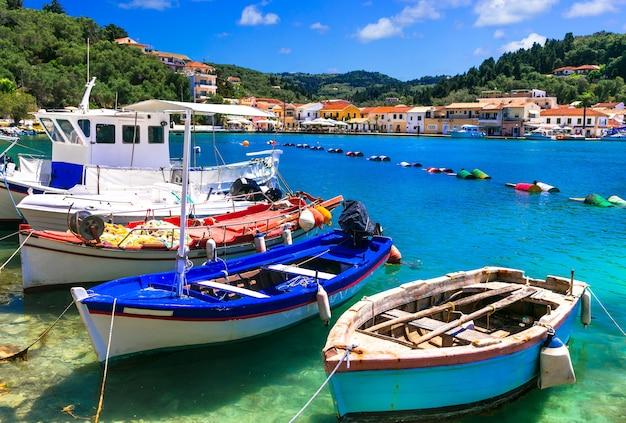 美しい本物のギリシャ、パクシ島の漁船のある絵のように美しい湾。イオニア諸島