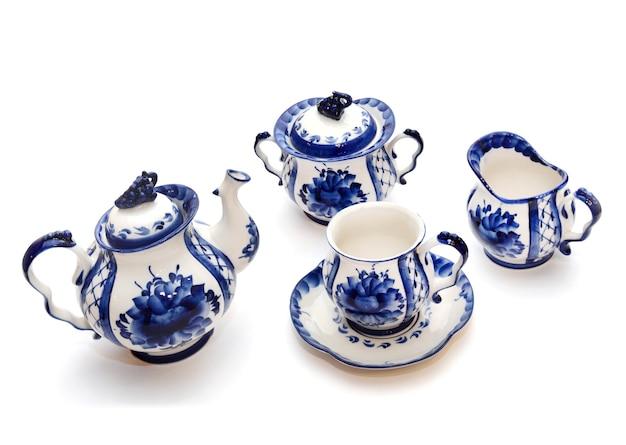 Красивый аутентичный чайный сервиз из чайников, сахарницы и молочника в бело-синем стиле гжели