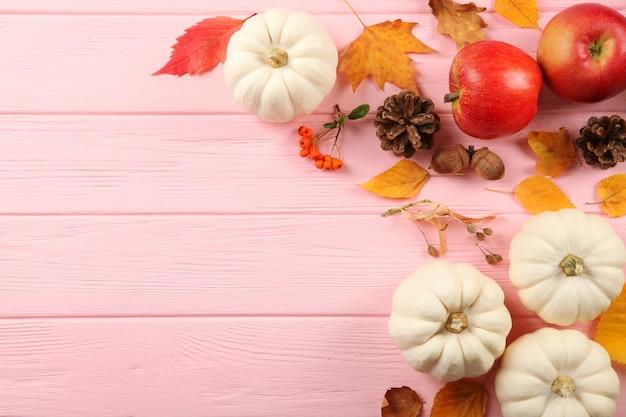 텍스트 위쪽 보기를 위한 장소가 있는 낙엽이 있는 아름다운 가을 배경