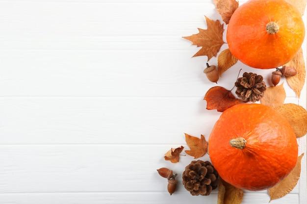 텍스트 위쪽 보기를 위한 장소가 있는 낙엽이 있는 아름다운 가을 배경 프리미엄 사진