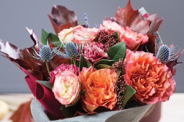 乾燥したバラと牧草地の花の美しい秋の花束の構成