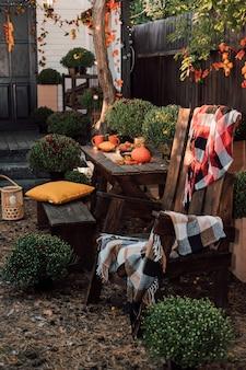 ベランダのある家の近くの美しい秋の中庭 Premium写真