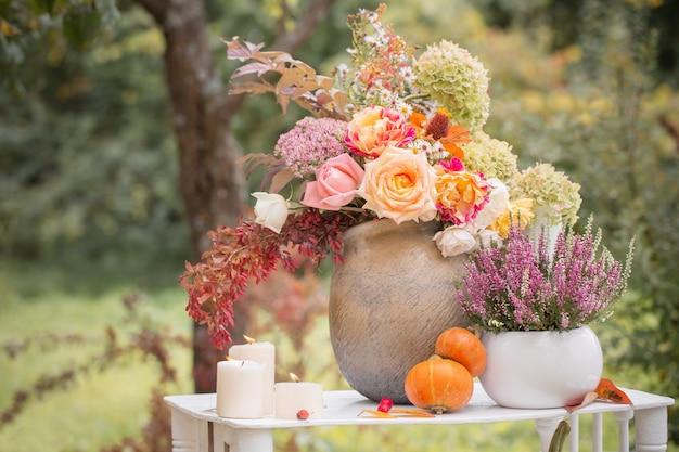 庭の花、ベリー、カボチャと美しい秋の装飾