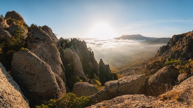 산의 아름다운 가을 안개 풍경, 탁 트인 전망. 크림 반도, 유령 계곡, 데머지 산.