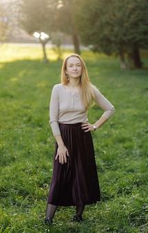 美しい秋の少女の肖像画