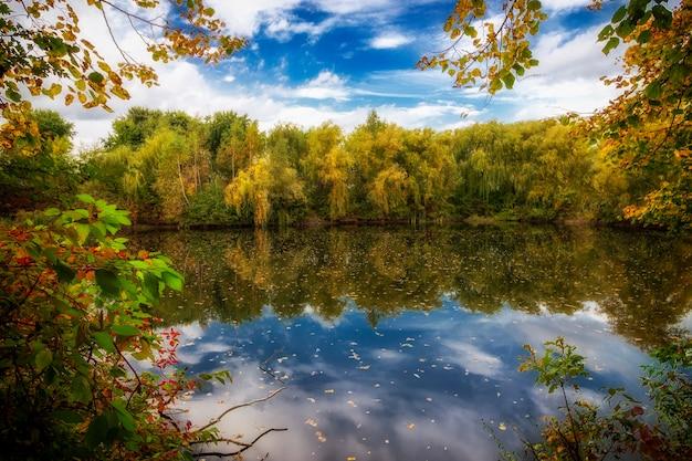 아름다운 가을 호수와 구름