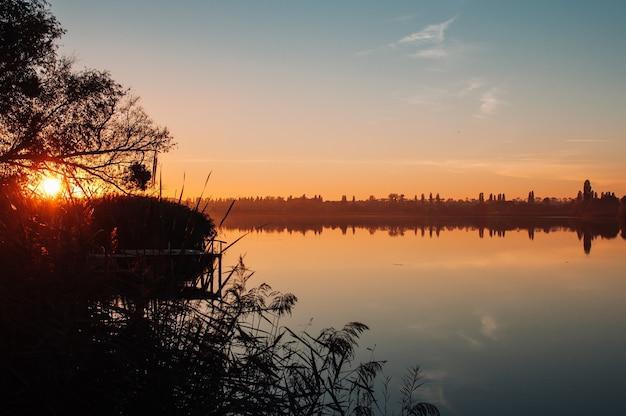 Красивый осенний пейзаж. осенние краски отражаются в спокойной воде.
