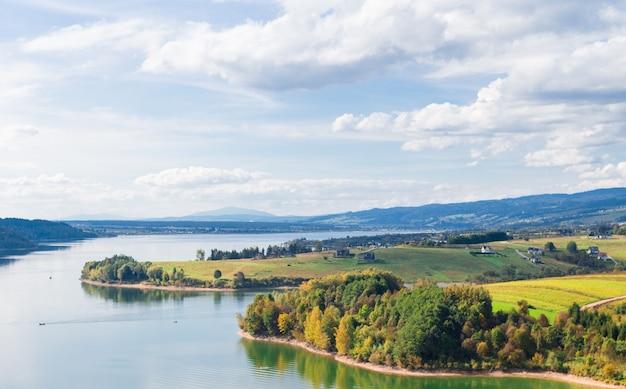 美しい秋の風景、山と川、ポーランド、タトラ