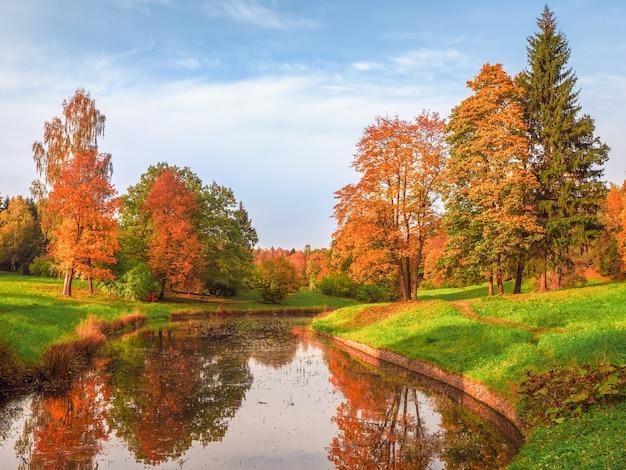 湖のほとりに赤い木々と美しい秋の風景。パブロフスク。ロシア。