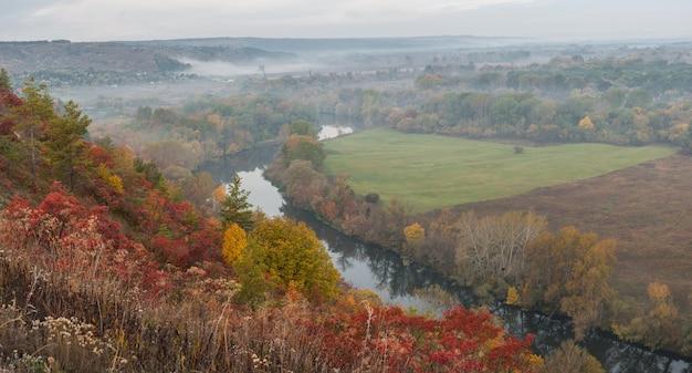강과 계곡에 안개 낀 숲과 아름다운 가을 풍경 프리미엄 사진