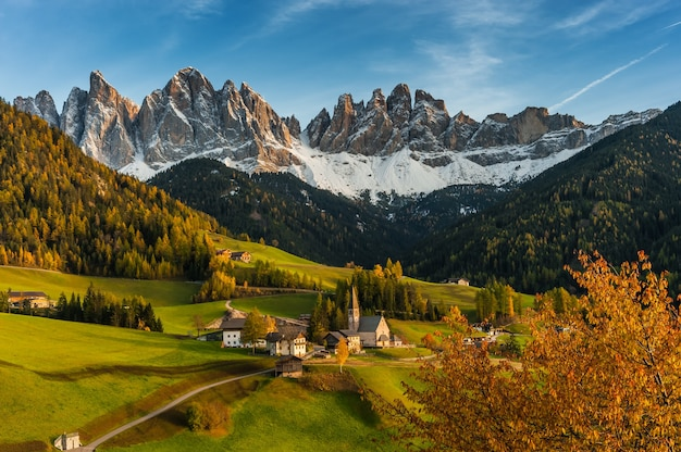 Val de funea, dolomites, italy의 santa maddalena와 아름다운 가을 풍경
