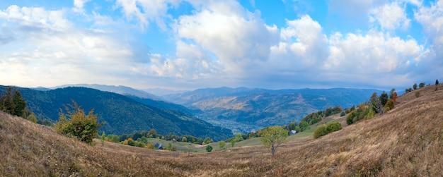 Красивая осенняя гора и небольшая деревня в долине (карпаты. украина). изображение сшивается тремя кадрами.