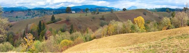 美しい秋の山の国のパノラマ(カルパティア山脈、ウクライナ)。3ショットのステッチ画像。