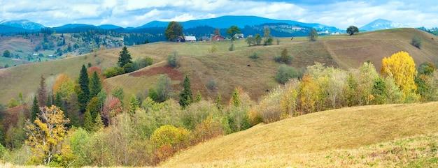 Красивая осенняя панорама горной страны (карпаты. украина). три кадра сшивают изображение.