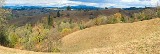 美しい秋の山のパノラマと山腹の村(カルパティア、ウクライナ)。 6ショットステッチ画像。