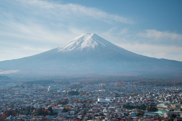 新倉千元神社の富士山の美しい秋の風景