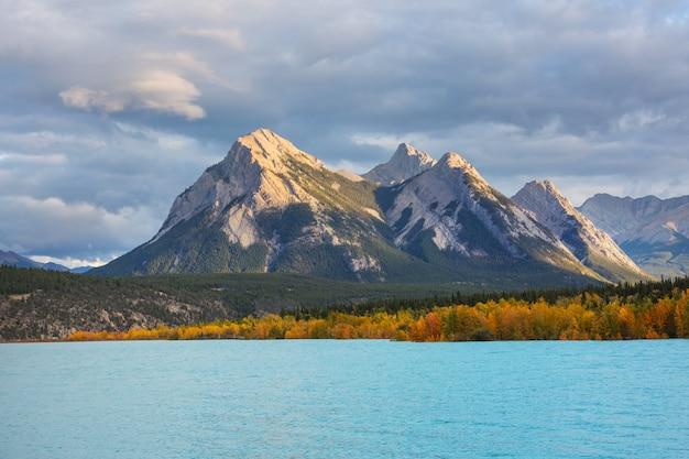 カナダの山々の美しい秋の季節。秋の背景。