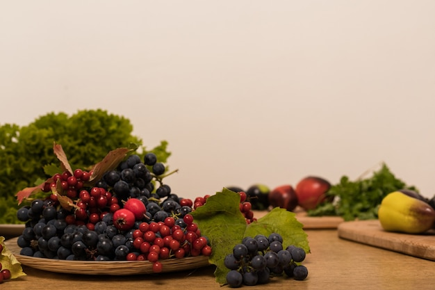 부엌에 있는 테이블에 있는 베리와 과일의 아름다운 가을 정물