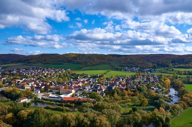 鳥瞰図からの小さな町の美しい秋の景色