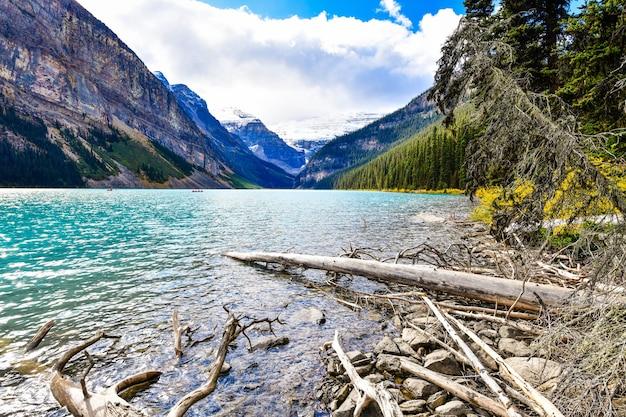 カナダのバンフ国立公園にある象徴的なレイクルイーズの美しい秋の景色