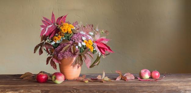 Красивая осенняя композиция на деревянном столе