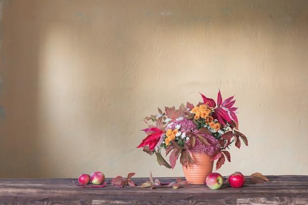 나무 테이블에 아름다운 가을 구성