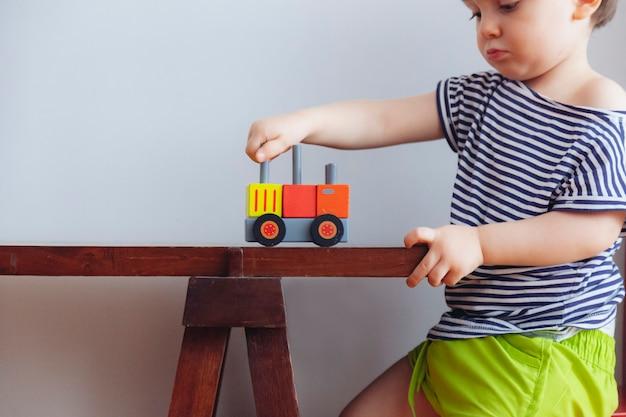 Красивый мальчик учится формы и цвета в домашних условиях