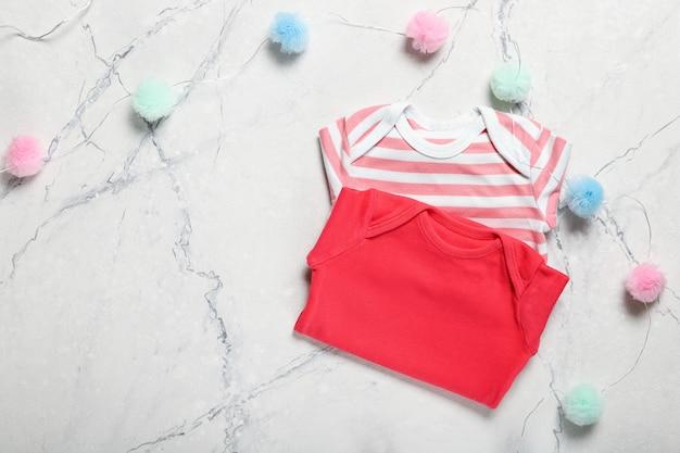 美しい赤ちゃんの服やアクセサリー。テキストのための場所